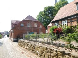 Lage: Haus links, Bildmitte, Obergeschoss